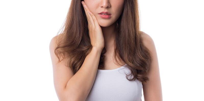 Người bị ê buốt răng khi khoang miệng tiếp xúc với các yếu tố thay đổi từ môi trường