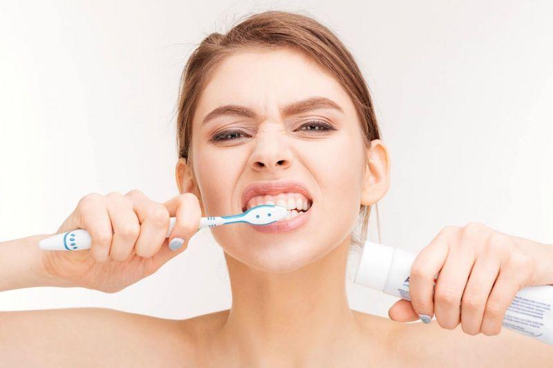 Đánh răng quá kỹ, nhiều lần trong ngày và chải răng mạnh là nguyên nhân gây bệnh