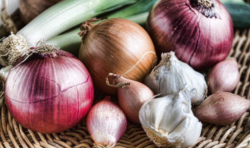 Để phòng tránh hôi miệng, người bệnh không nên tiêu thụ nhiều thực phẩm nặng mùi