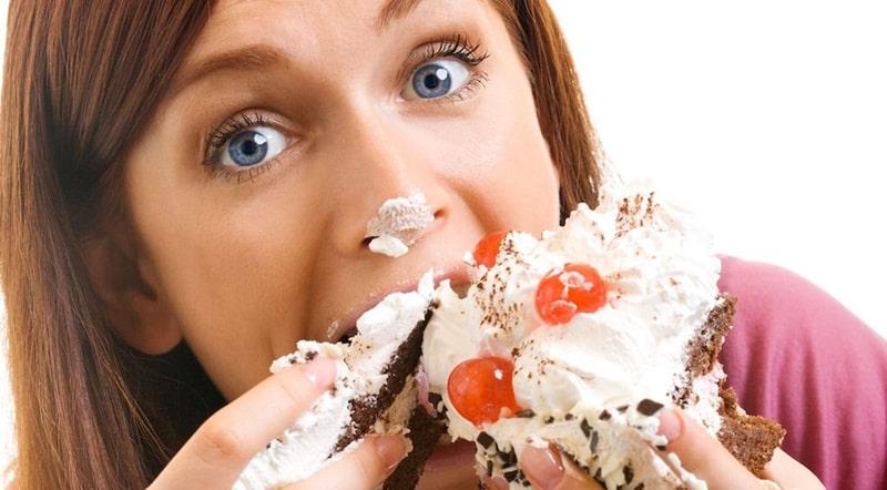 Việc sử dụng nhiều thực phẩm có đường là một trong những nguyên nhân phổ biến gây mòn men răng