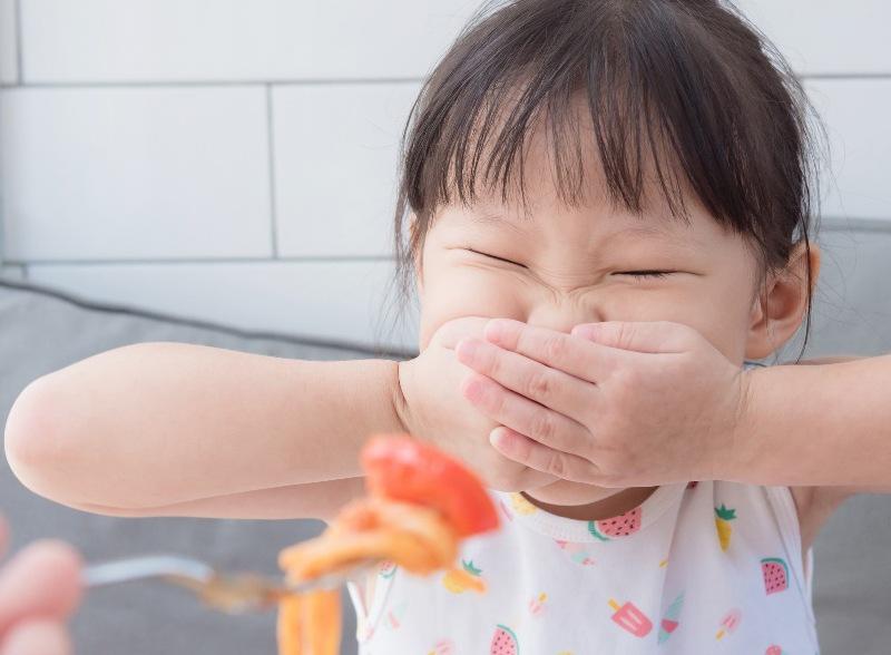 Sâu răng khiến bé gặp khó khăn trong ăn uống