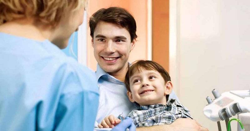 Khám nha khoa sẽ giúp cha mẹ xác định rõ tình trạng chậm mọc răng của trẻ hơn, từ đó có phương pháp điều trị phù hợp