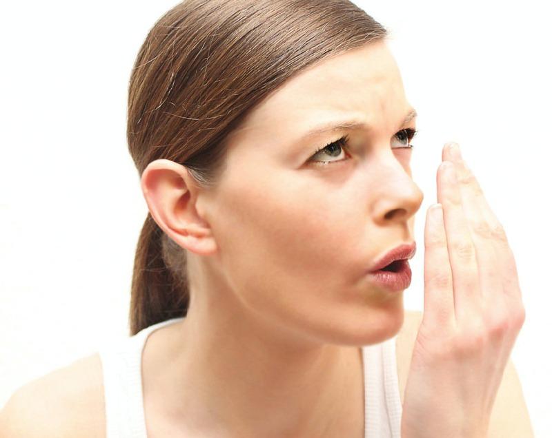 Hôi miệng là tình trạng thường xuyên xảy ra với người bị chảy máu tại vùng chân răng