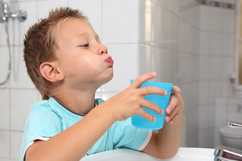 Hướng dẫn bé súc miệng sau khi nhổ răng tránh nhiễm khuẩn