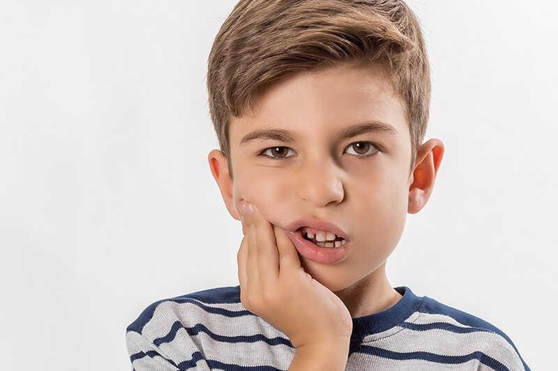 Răng vĩnh viễn lâu mọc sẽ gây ảnh hưởng lớn tới sức khỏe răng miệng và ngoại hình của bé