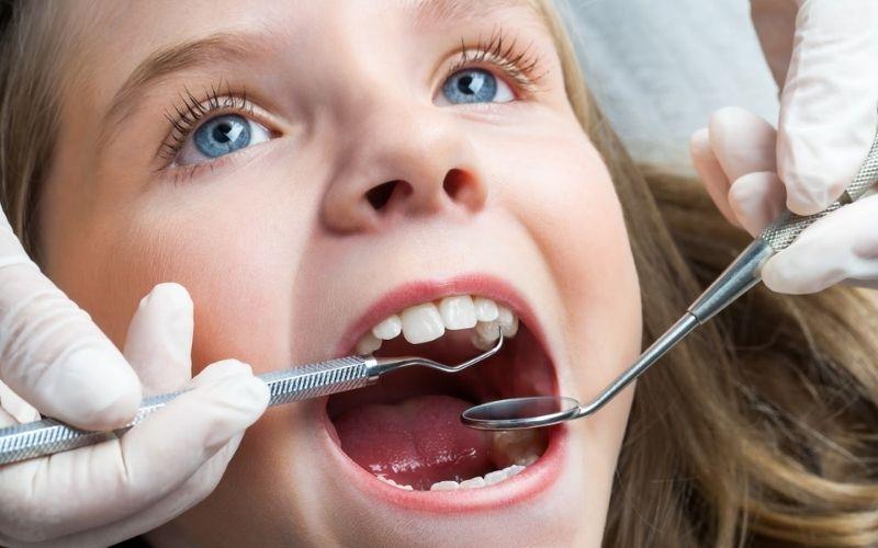 Tới gặp bác sĩ nha khoa để được tư vấn nếu răng sữa của trẻ bị sâu, viêm và ảnh hưởng tới tủy