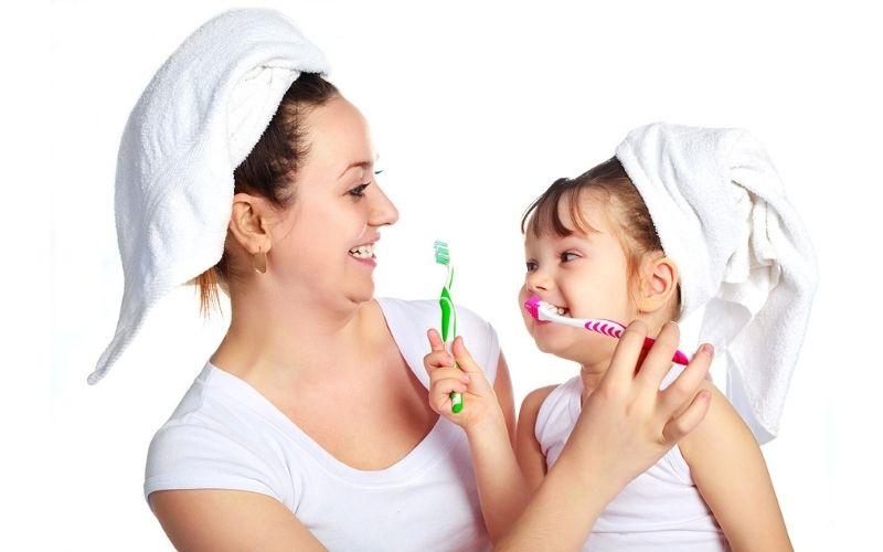 Cha mẹ cần theo dõi việc mọc răng, thay răng và chăm sóc để bé có được hàm răng đều, đẹp và khỏe mạnh