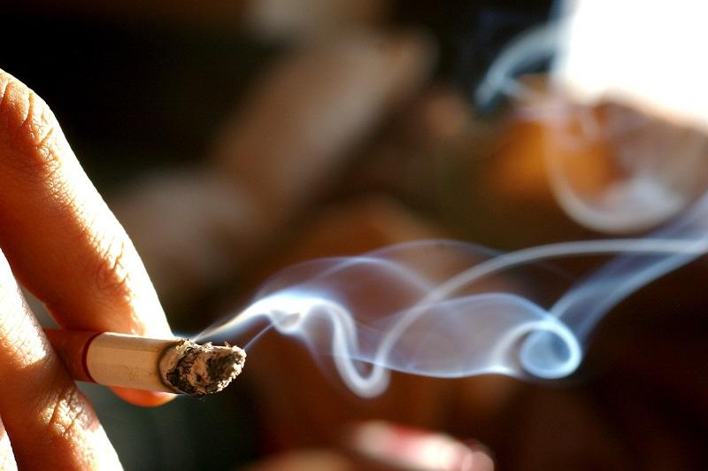 Hút thuốc lá là nguyên nhân hình thành cao răng
