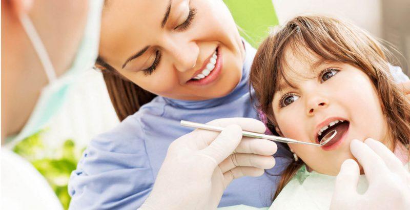 Bố mẹ nên đưa bé đến nha khoa uy tín để thực hiện nhổ răng