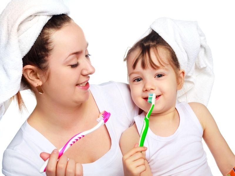 Phụ huynh nên hướng dẫn bé chăm sóc răng miệng đúng cách