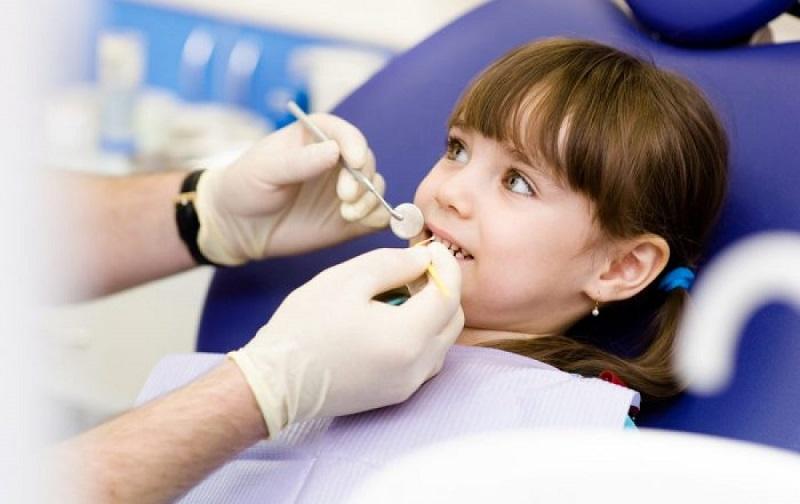 Để không gây cảm giác đau đớn các nha sĩ sẽ tiến hành tiêm tê trực tiếp vào phần lợi thay vì chỉ gây tê bằng thuốc bôi