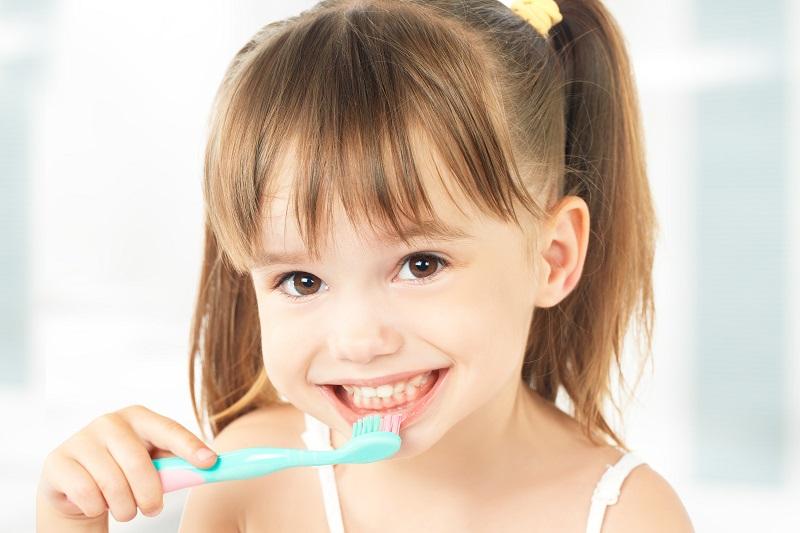 Bố mẹ nên hướng dẫn bé vệ sinh răng miệng đúng cách