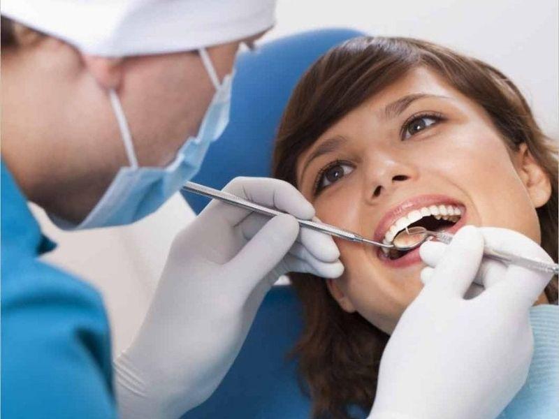Bác sĩ sẽ kiểm tra sức khỏe răng miệng chi tiết trước khi tiến hành trồng răng