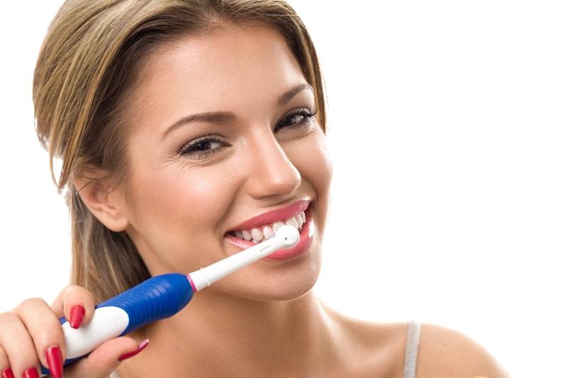 Vệ sinh răng cẩn thận với bàn chải lông mềm sau khi phục hình nha khoa