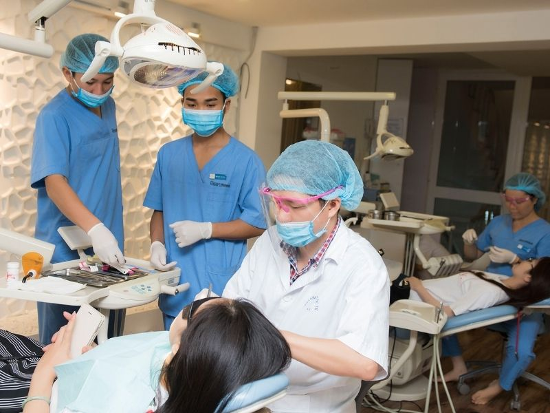 Khách hàng có thể lựa chọn trồng răng sứ cố định tại Nha khoa Quốc tế Vinh