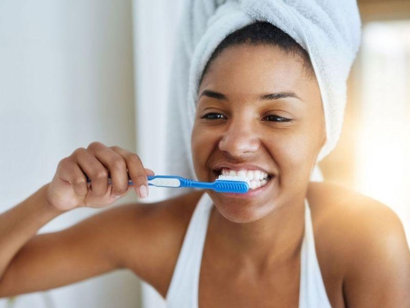 Sử dung bạn chải lông mềm đánh răng 2 lần/ngày